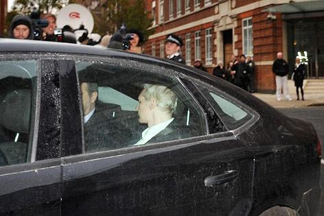 WikiLeaks-Gründer Assange nach seiner Verhaftung im Auto