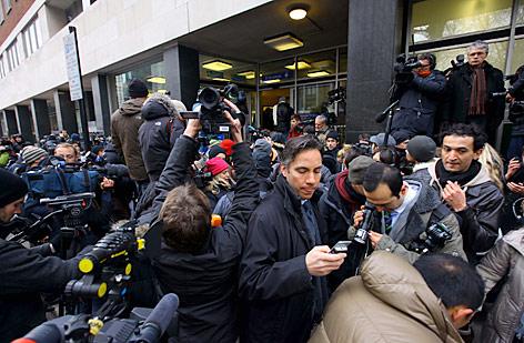 Medienvertreter warten auf WikiLeaks-Gründer Assange nach dessen Verhaftung