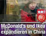Eine chinesische Frau verlässt ein McDonalds-Restaurant