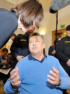 Ex-BAWAG-Generaldirektor Helmut Elsner spricht mit seiner Frau Ruth