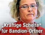 Justizministerin Claudia Bandion-Ortner richtet ihren Blick auf den Boden