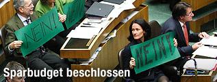 Politiker der Grünen mit Nein-Schildern