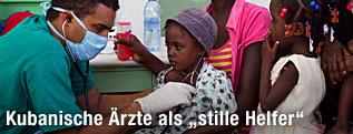 Ein kubanischer Arzt behandelt eine junge Patientin in Haiti