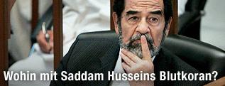 Iraks ehemaliger Präsident Saddam Hussein während seines Prozesses