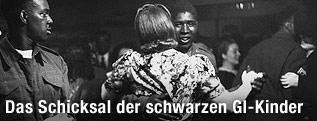 Afroamerikanischer Soldat aus dem Jahre 1943 tanzt mit weißer Frau