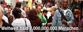 Menschenmenge auf einer Straße