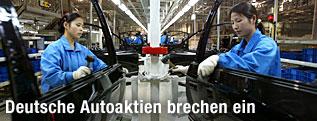 Chinesische Arbeiterinnen in einer Fabrik des deutschen Autobauers Volkswagen in Schanghai