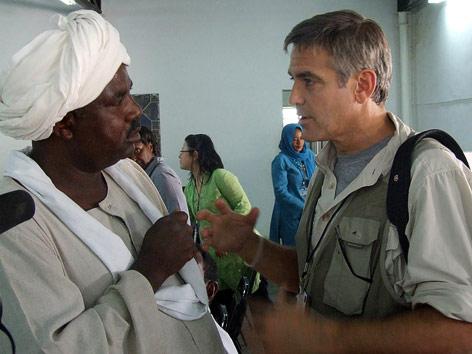 Schauspieler George Clooney spricht mit einem delegierten der Zivilgesellschaft in Dafur im Sudan