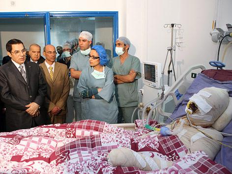 Tunesiens Präsident Zine El Abidine Ben Ali besucht Mohamed Bouazizi der sich selbst angezündet hat auf der Intensivstation