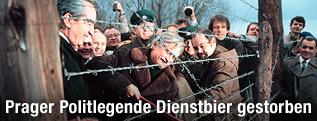 """Alois Mock und Jiri Dienstbier beim Durchschneiden des """"Eisernen Vorhangs"""""""
