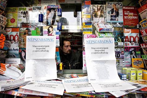 Ungarische Zeitungen an einem Kiosk