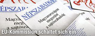 Ungarische Zeitungen auf einem Stapel