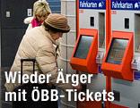 Frau steht vor ÖBB-Ticketautomat