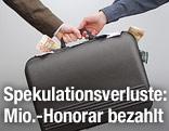 Hände und Koffer mit Geld
