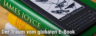 Ein E-Book liegt auf Büchern