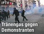Sicherheitskräfte gehen gegen Demonstranten mit Tränengas vor