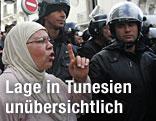 Demonstranten diskutieren in Tunis mit Sicherheitskräften