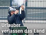 Soldat feuert Waffe ab