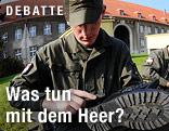 Soldat putzt seine Schuhe