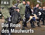 Demonstranten in Gorleben werden von Polizisten weggetragen