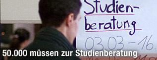 Student steht vor einem Plakat