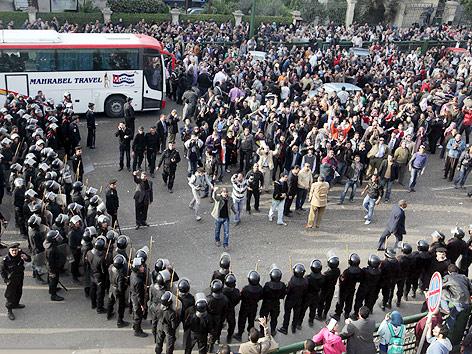 Polizei und Demonstranten stehen sich gegenüber