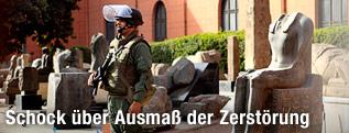 Soldat bewacht Museum und Statuen