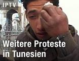 Demonstrant wischt sich Tränen ab