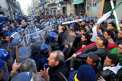 Auseinandersetzungen zwischen der Polizei und Demonstranten in Algier