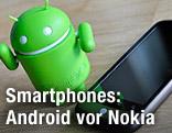 Androidfigur neben Nexus One
