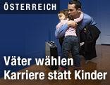Kleinkind umarmt seinen vom Büro nach Hause gekommenen Vater