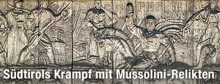 """Fassade des """"Haus des Faschismus"""" in Bozen mit monumentalem """"Mussolini-Relief"""""""