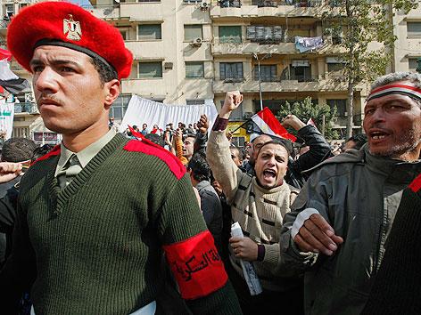 Demonstranten und Soldaten am Tahrir-Platz in Kairo.