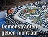 Demonstrant schläft auf der Straße