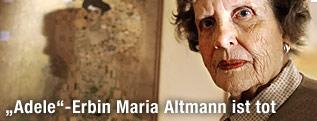Maria Altmann vor Klimt-Gemälde