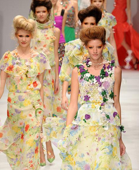 """Models tragen Kleider von """"Phenomenon"""" des japanischen Designers Takeshi Osumi während der Tokyo Fashion Week."""