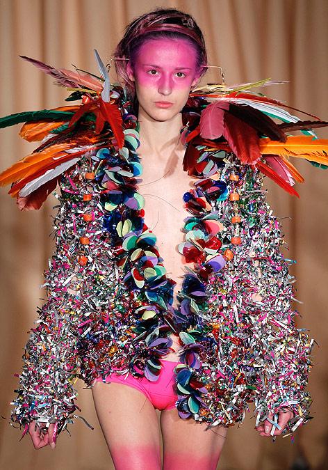 Ein Model präsentiert am Laufsteg eine Kreation des Designers Maurizio Galante.