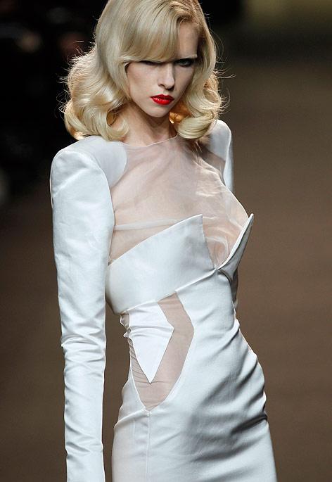Ein Model trägt ein Kleid von Alexandre Vauthier während der Haute Couture Fashion Week in Paris.