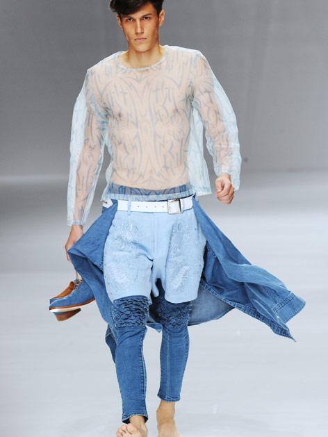 Model mit blauem Transparenzoberteil und verspielten Jeanskombination