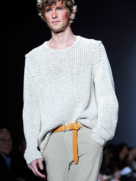 Model mit legerem Strickpullover und beiger Hose