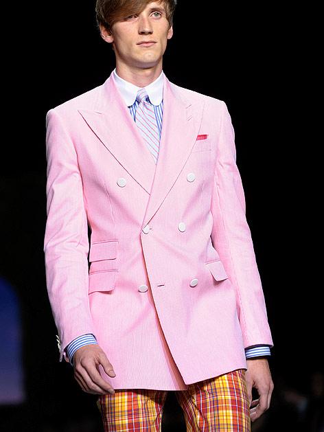 Model trägt ein rosafarbenes Sakko mit karierten Hosen