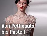 Ein Model trägt ein Kleid von  Elie Saab bei der Haute Couture Paris Fashion