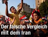 Menschen jubeln auf dem Tahrir-Platz in Kairo