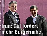 Irans Präsident Mahmoud Ahmadinedschad schüttelt türkischem Präsidenten  Abdullah Gül die Hand