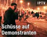 Mann Hkält sich Tuch vor dem Mund, Demonstranten laufen vor Schüssen davon