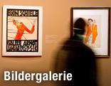 Museumsbesucher betrachtet Selbstporträts von Egon Schiele