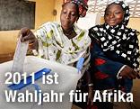 Frauen an der Elfenbeinküste werfen Stimmzettel in Wahlurne