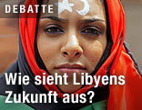 Frau mit Libyenflagge als Kopftuch