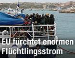 Flüchtlinge auf einem Schiff vor Lampedusa