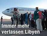 Passagiere vor einem Flugzeug